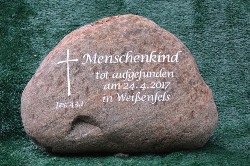 """Auf dem Weißenfelser Friedhof steht ein Grabstein mit der Aufschrift """"Menschenkind"""". Die Mutter des ermordeten Babys ist noch immer nicht gefunden."""