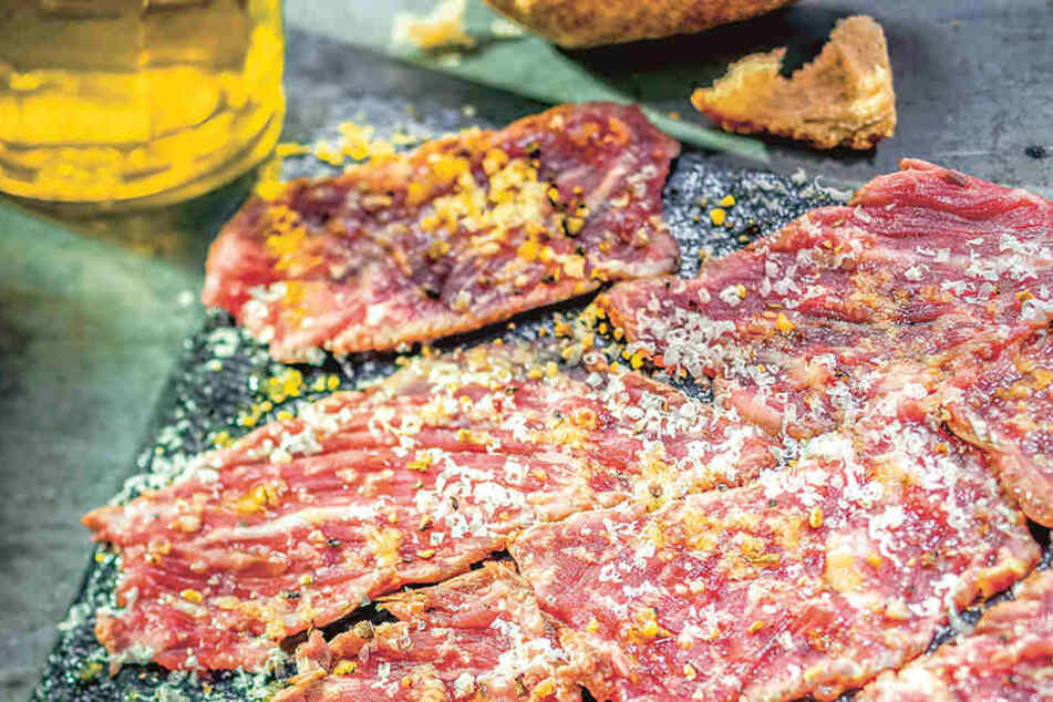 Auch in fertig mariniertem Grillfleisch stecken unzählige E-Stoffe - also lieber selbst marinieren.