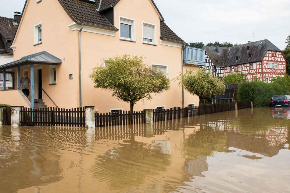 Straßen wurden überflutet.