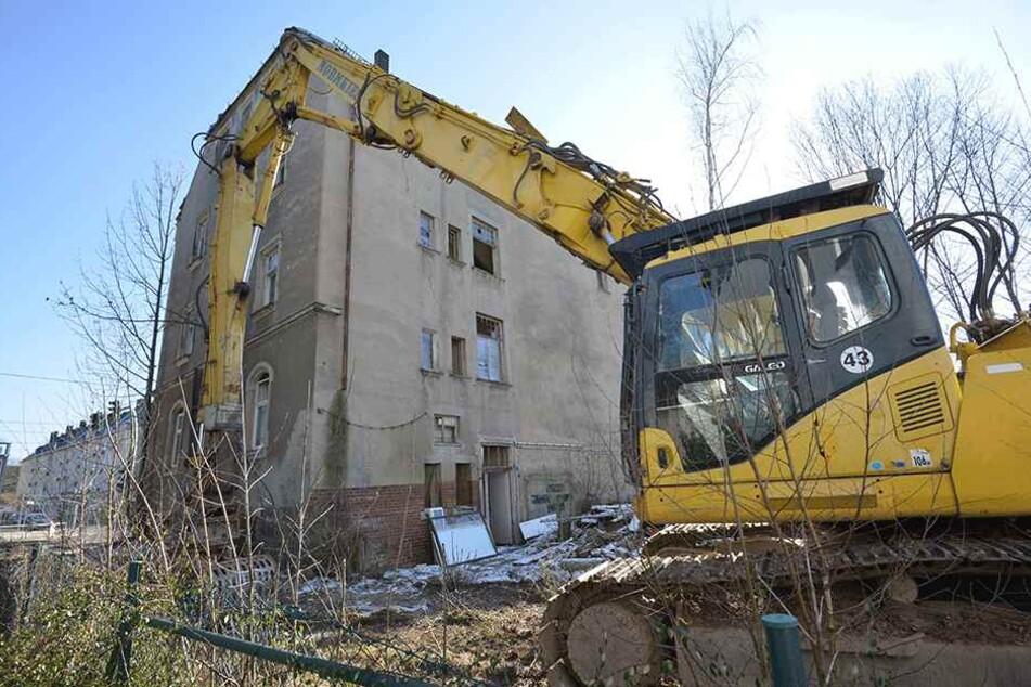 Erst stand der Bagger, dann die Rettung vor der Tür: Die Stadt hat den Abriss des Hauses Annaberger Straße 110 gestoppt.