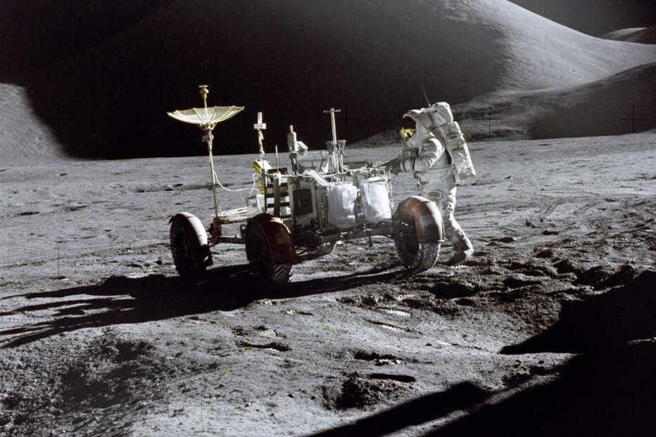 """Einer der Schmuggler: US-Astronaut James B. Irwin steht Ende Juli 1971 neben dem """"Mondauto"""" während der Apollo 15 Mission."""