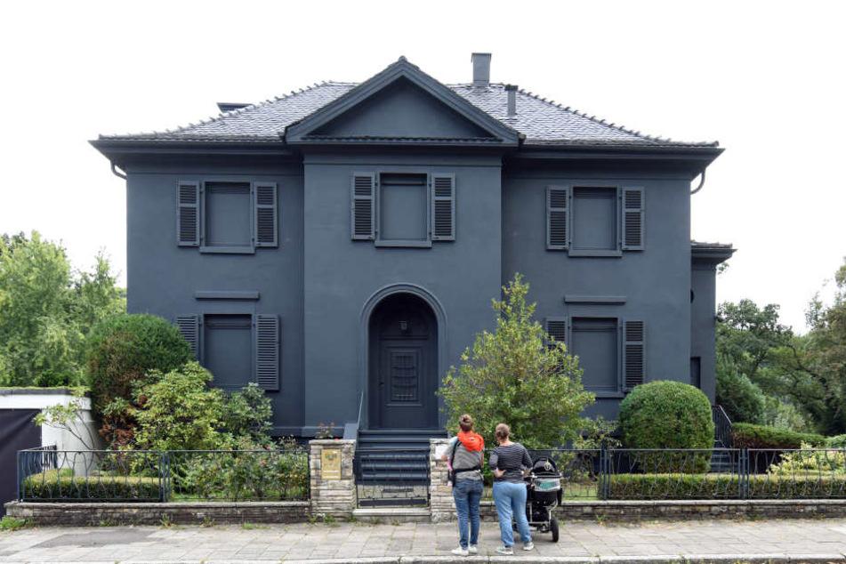 In einer Nacht-und-Nebel-Aktion hatte der Künstler Andreas Sarow die Villa schwarz anstreichen lassen.