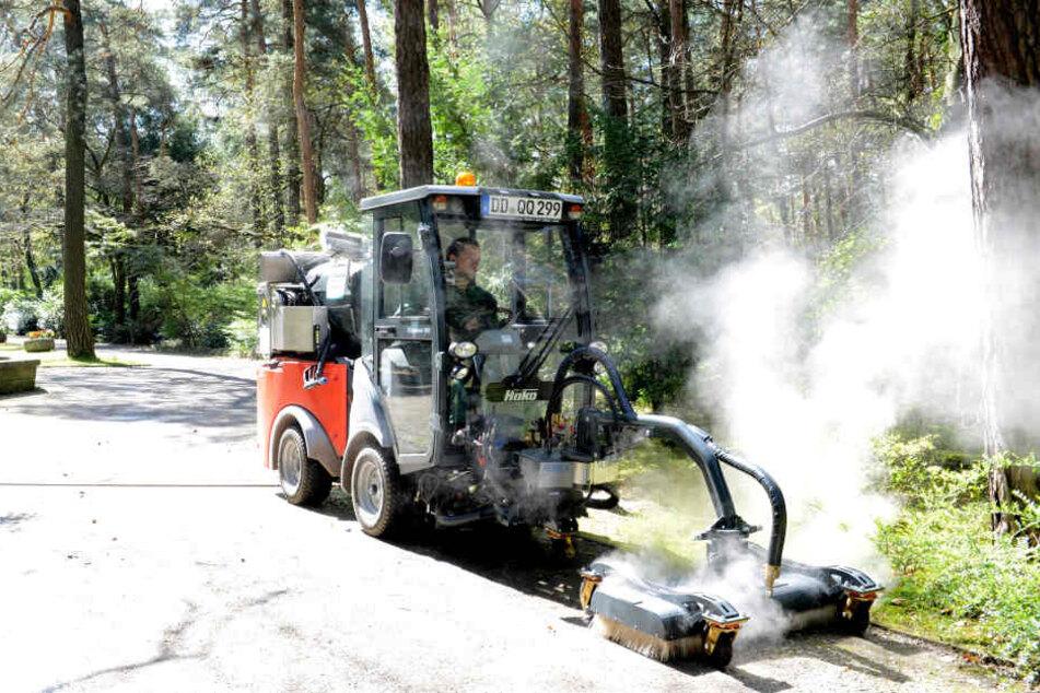 Die Stadt Zwickau will ab 2019 kein Glyphosat mehr versprühen. Für das alternative und schonende Heißwasserverfahren, wie es im Bild zu sehen ist, muss die Stadt tief in die Tasche greifen.