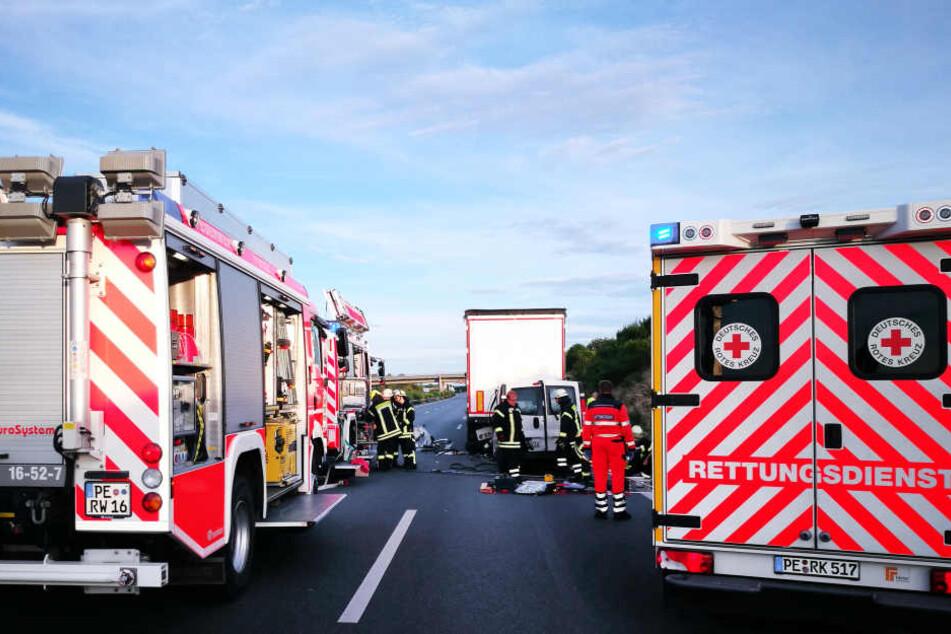 Einsatzkräfte der Feuerwehr bergen einen völlig zerstörten Kleintransporter auf der A2.