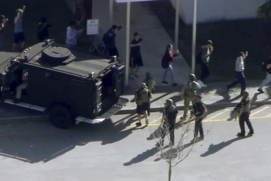 Das Videobild von WPLG-TV zeigt wie Schüler der Marjory Stoneman Douglas High School evakuiert werden.