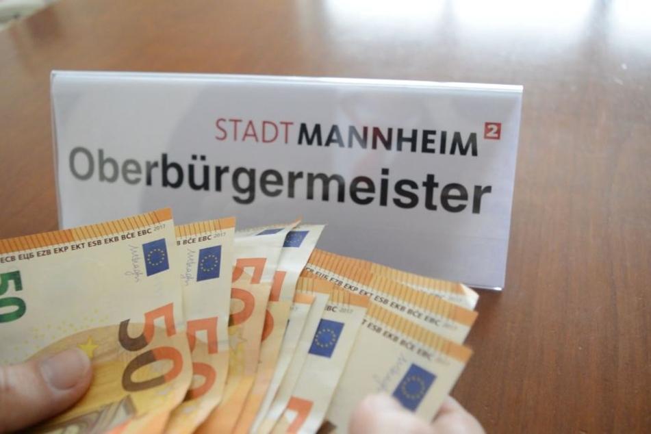 Außerdem wird Oberbürgermeister Kurz beim Geldzählen gezeigt.