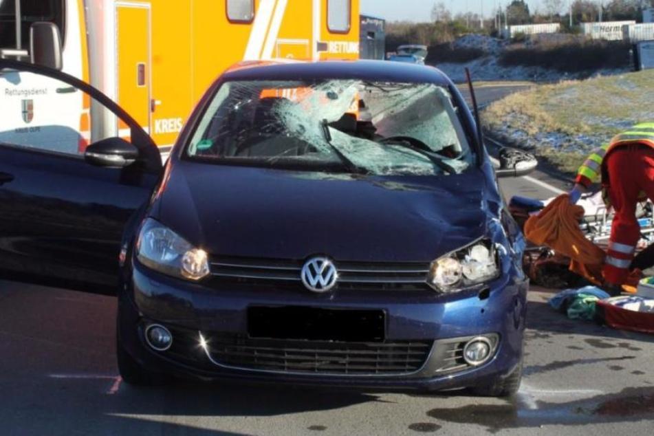Die Scheibe knallte auf die Motorhaube eines VW Golf. Splitterstücke durchschlugen die Frontscheibe, verletzten die 37-jährige Fahrerin schwer am Kopf.