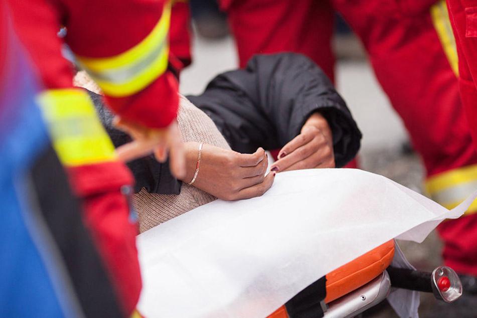 Bei einem Einsatz wurde eine Rettungssanitäterin attackiert. Ein Ehepaar schlug mehrfach auf sie ein.