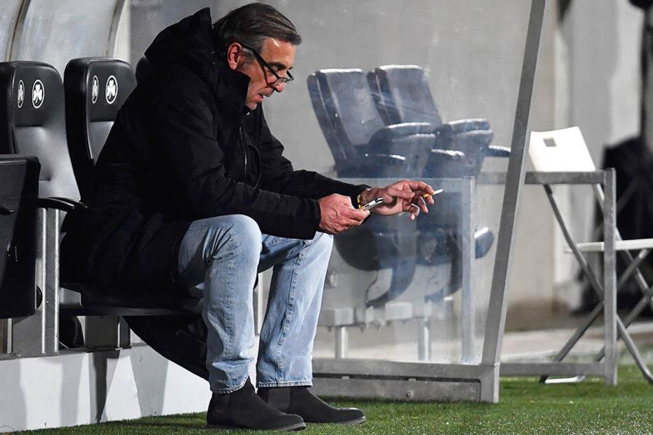 Dynamo-Sportdirektor Ralf Minge saß nach der Partie allein auf der Ersatzbank.