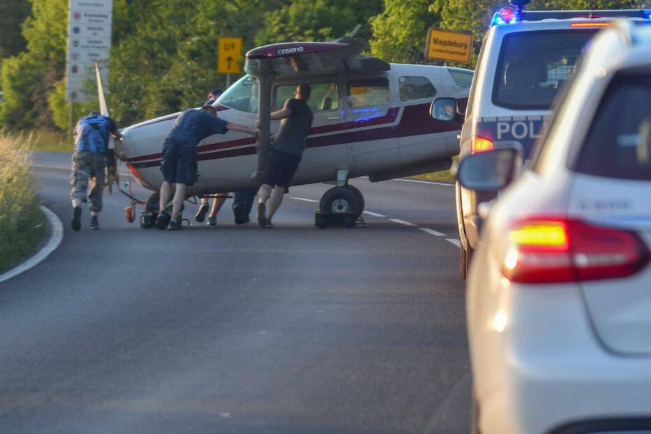 Vollsperrung! Wieso rollt hier eine Cessna über die Straße?