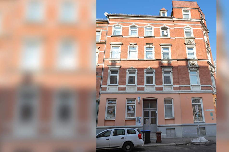 In diesem Haus stach ein Mann (47) eine Hausbewohnerin (30) nieder.