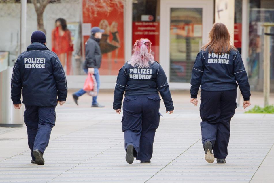 Die Polizei kontrolliert die begrenzte Ausgangssperre.