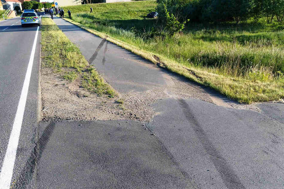 Höchstwahrscheinlich mit zu hoher Geschwindigkeit kam der Ford-Fahrer von der Straße ab und überschlug sich auf einer Wiese.