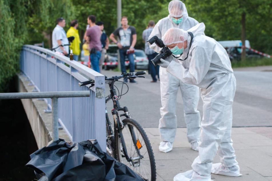 Ein Ermittler der Polizei fotografiert in Neuallermöhe das Fahrrad des getöteten 28-Jährigen.