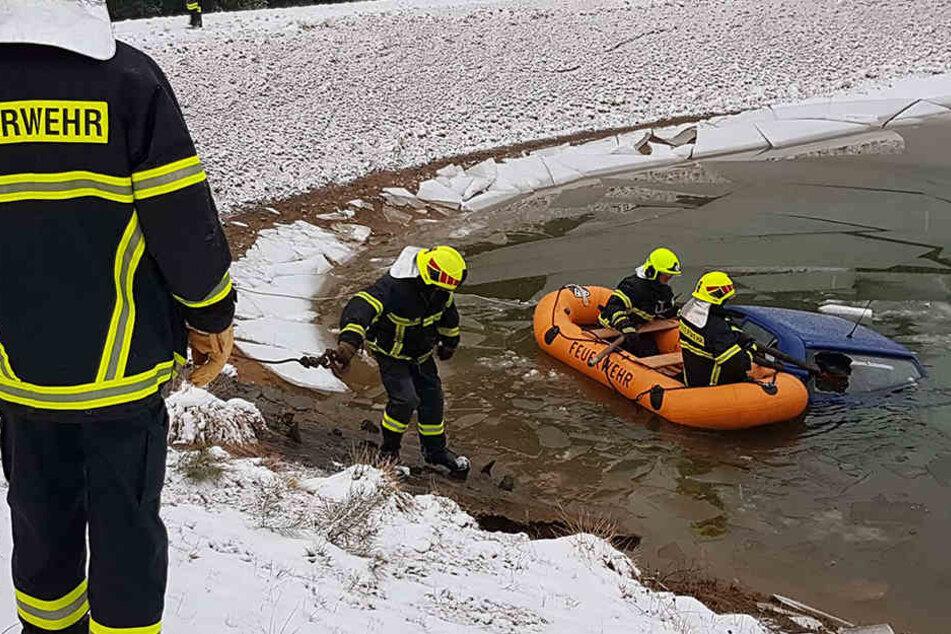 Eine 33-Jährige ist mit ihrem Skoda bei Treuen in einem Regenrückhaltebecken gelandet.