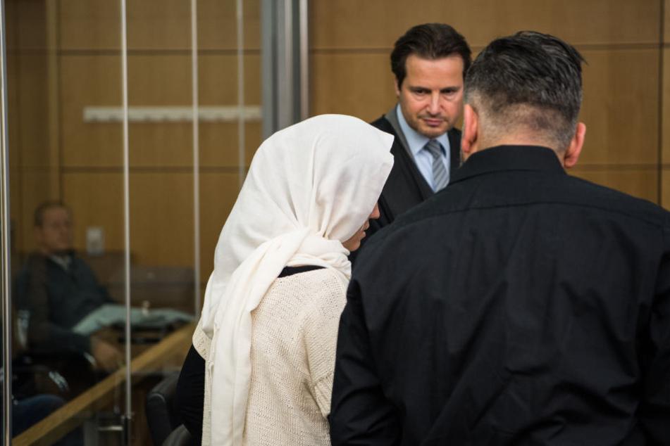 Die Angeklagte (l) zwischen ihrem Anwalt Andreas Bensch und ihrem Dolmetscher (r).
