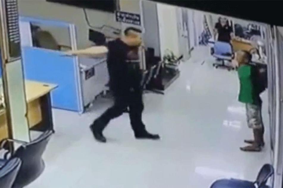 Gleich schließt der Polizist den aufgebrachten Mann in die Arme.