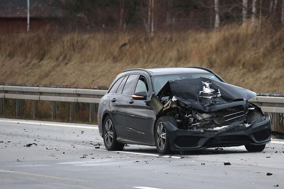 Der Mercedes ist auf der A4 mit einen Transporter kollidiert.
