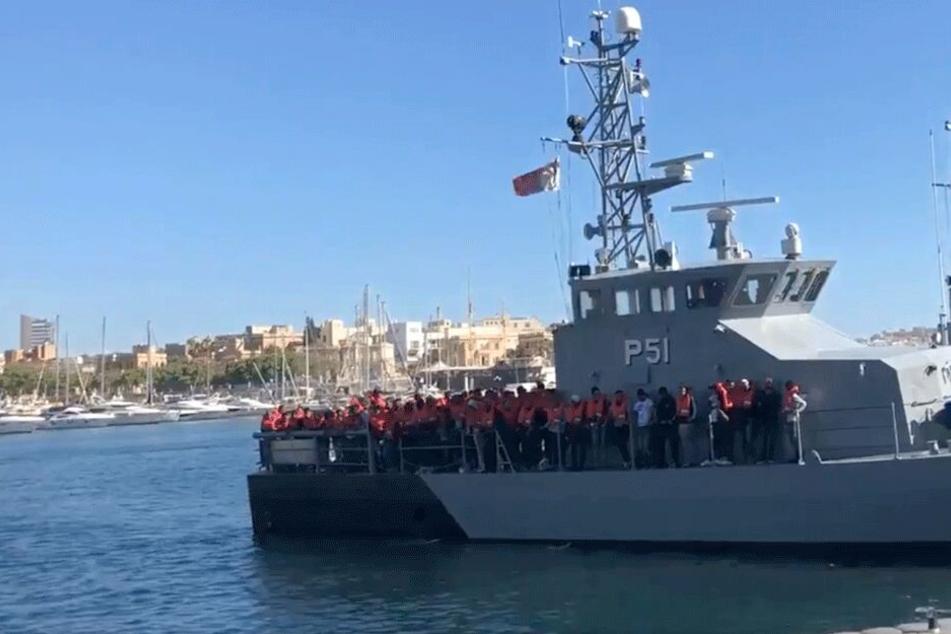 Das Rettungsboot mit den 85 Migranten läuft im Hafen von Valletta ein.