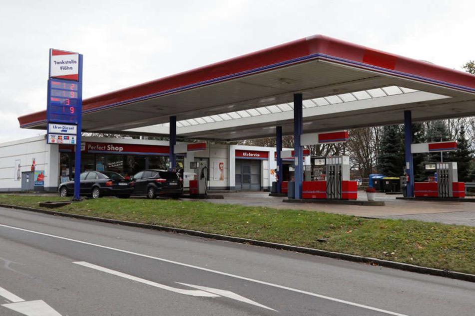 Ein Maskierter bedrohte eine Mitarbeiterin der Tankstelle und forderte Bargeld.