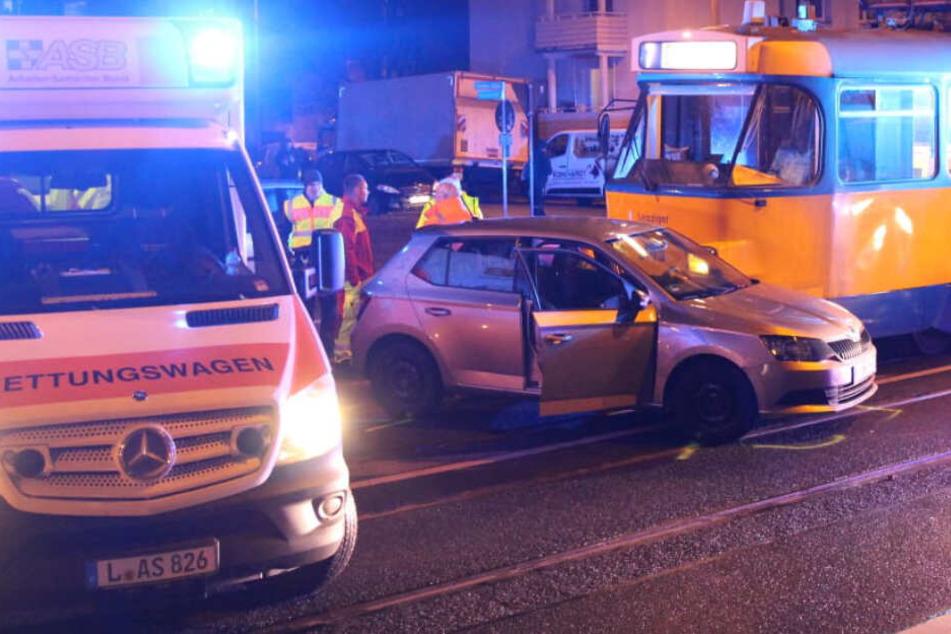 Sowohl der 75-Jährige als auch seine Beifahrerin (74) wurden schwer verletzt. Die Dresdner Straße war für rund eine halbe Stunde gesperrt.