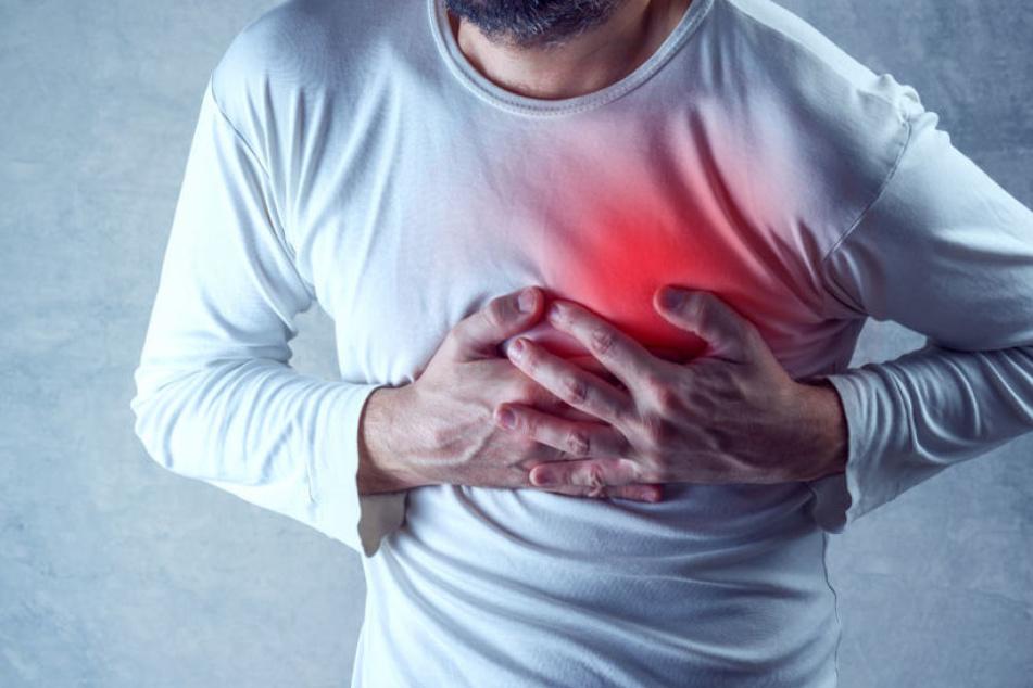 Erste Hilfe am eigenen Körper im Falle eines Herzinfarkts klingt zwar erst einmal nach einer guten Sache - die Tipps des Verfassers sind aber alles andere als gesund.