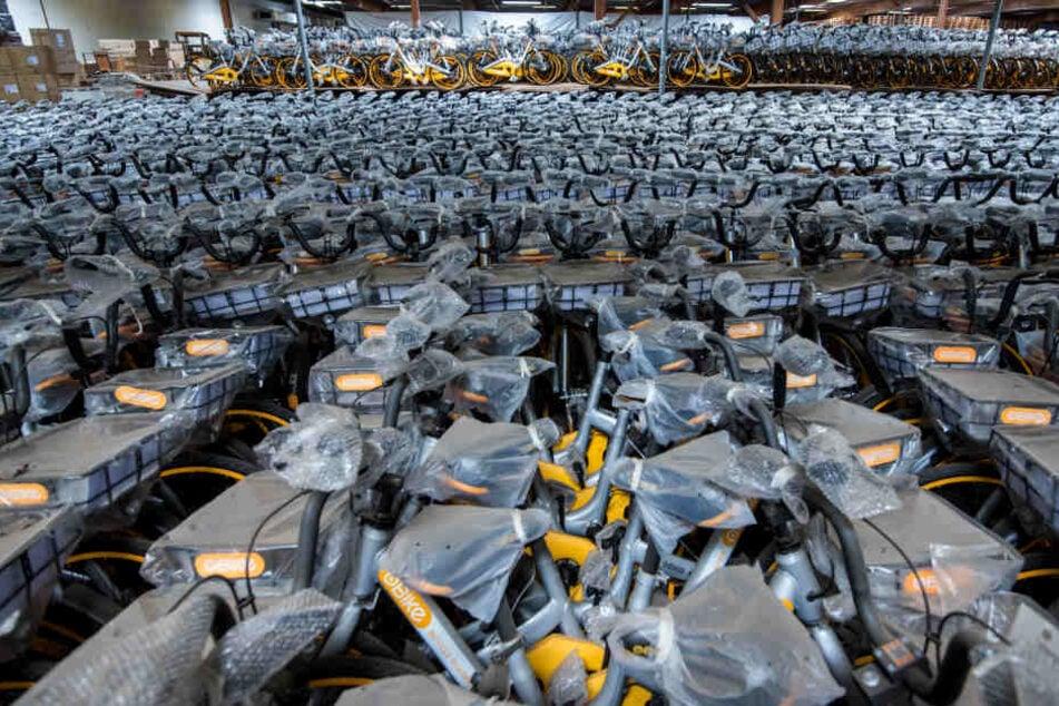 Rund 10.000 Leihfahrräder des Anbieters Obike stehen in einer Lagerhalle in Barsbüttel.