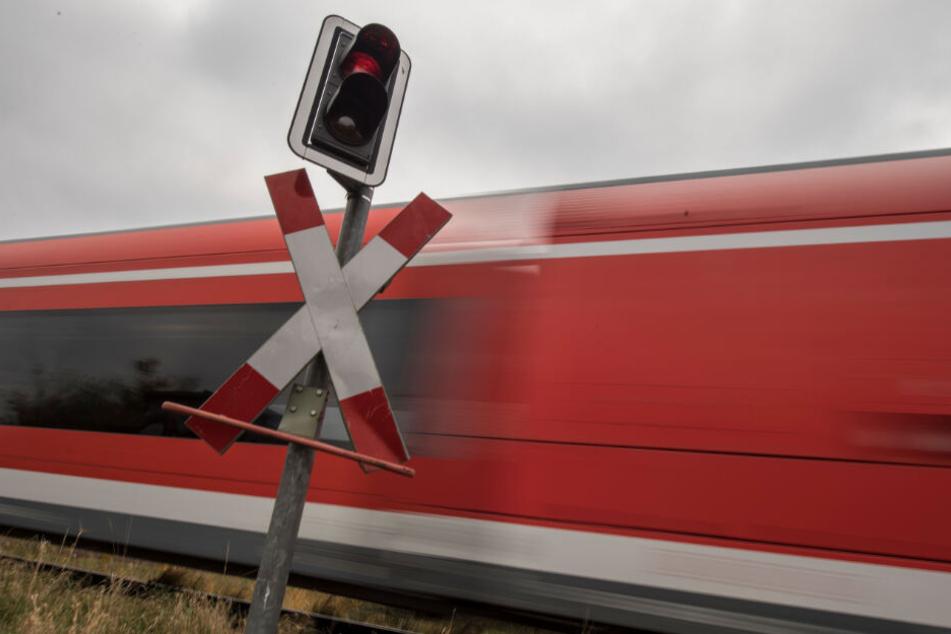 Der Mann und der Zweijährige fuhren über einen unbeschrankten Bahnübergang. (Symbolbild)
