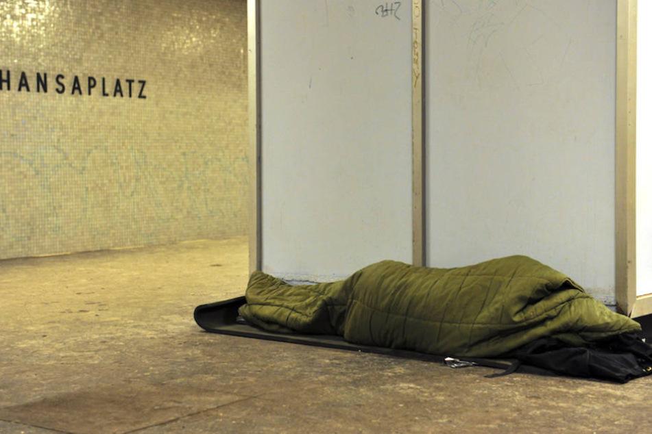 So wie hier im U-Bahnhof Hansaplatz suchen viele Obdachlose im Winter ein warmes Plätzchen für die Nacht in Berlin. (Archiv)