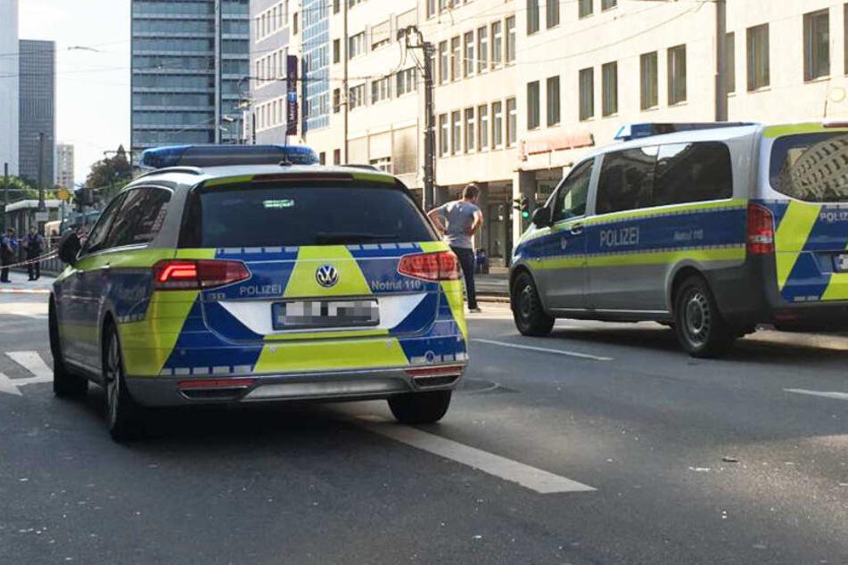 Polizeiwagen stehen in der gesperrten Düsseldorfer Straße in Frankfurt.