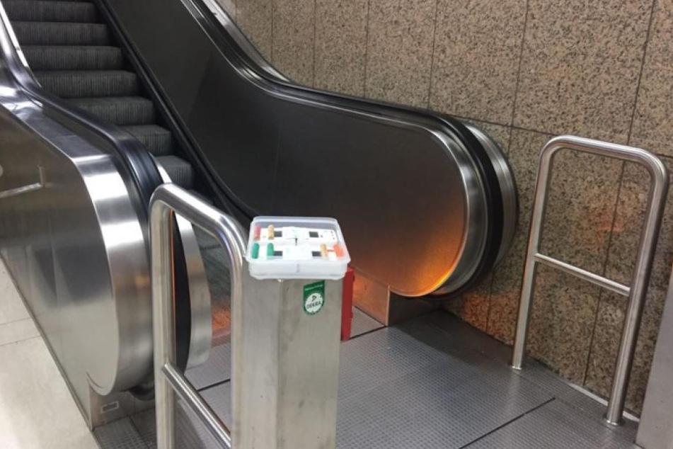 An einer Rolltreppen-Säule wurde die Box von einem Unbekannten aufgestellt.