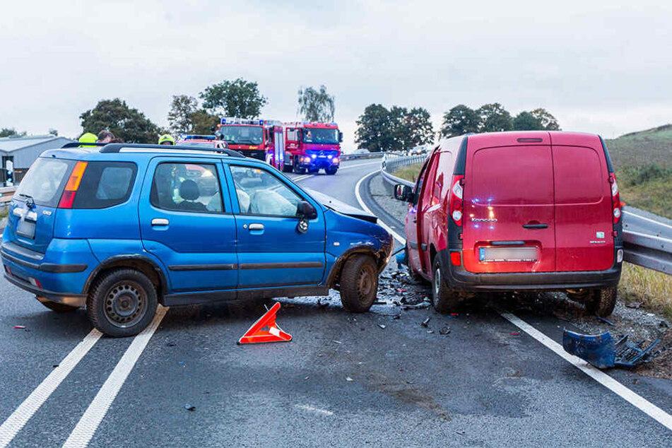 Die beiden Fahrzeugführer mussten nach dem heftigen Aufprall ins Krankenhaus.