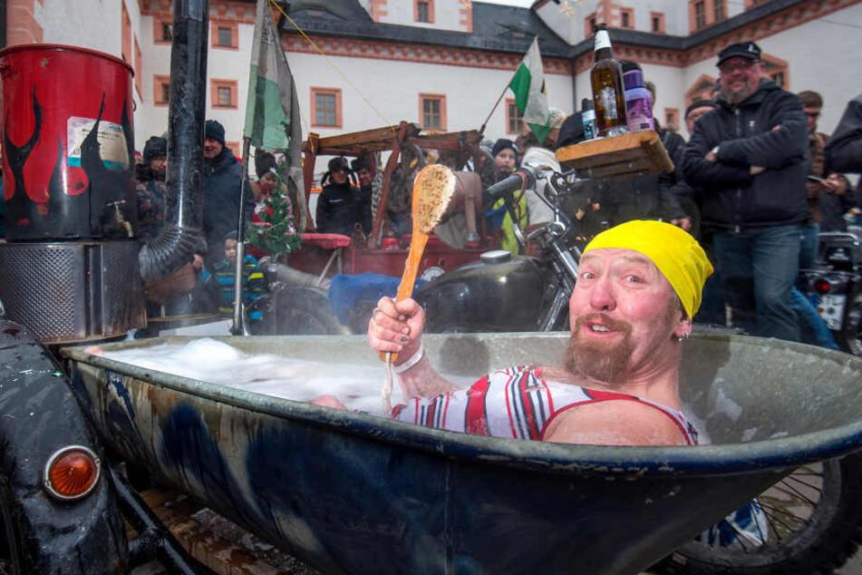 Oliver Herrmann (44) genießt das Biker-Vollbad. Der Rübenauer ist mit seinem Bademotorrad dabei.