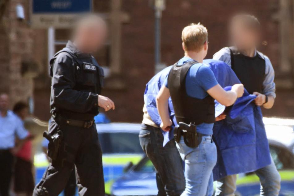 Der Terrorverdächtige Islamist Magomed-Ali C. wird nach einem Haftprüfungstermin beim Bundesgerichtshof von Polizeibeamten zu einem Hubschrauber geführt.