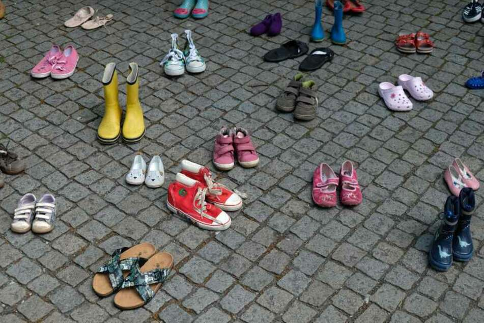 Massenhaft Kinderschuhe stehen vor dem Landtag: Das ist der traurige Grund