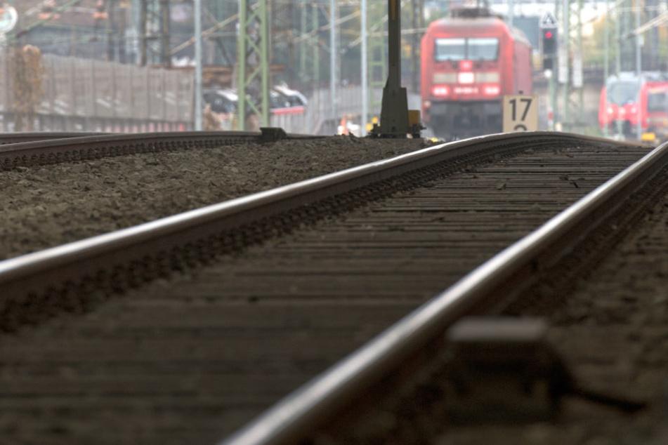 Ein Regionalzug hat bei Freiberg ein Mädchen angefahren.