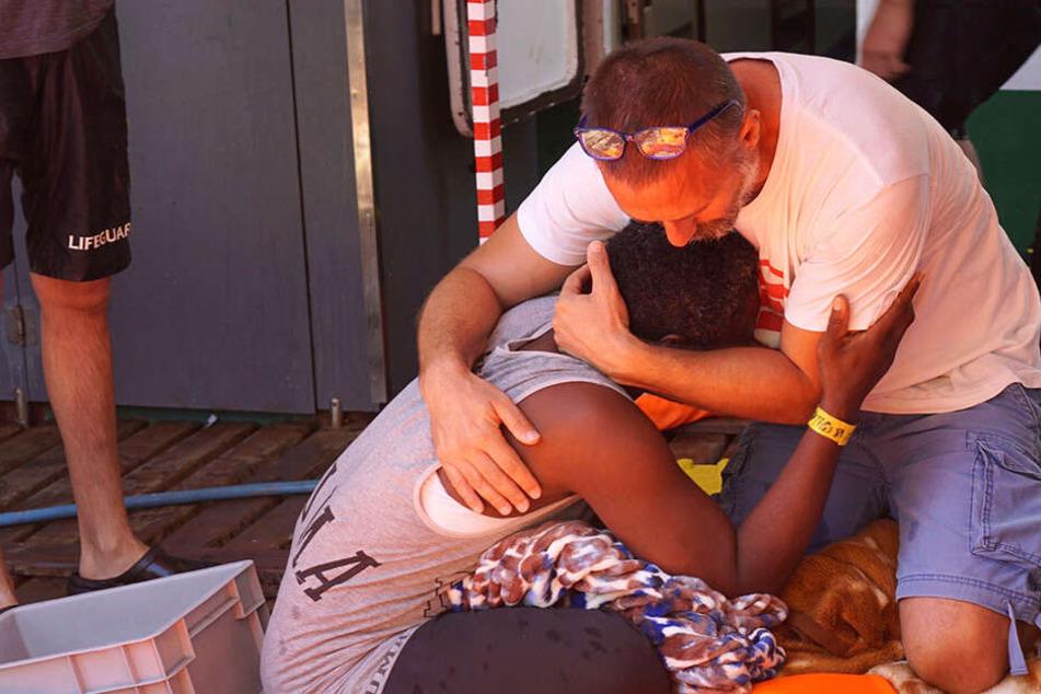 Erschöpft und verzweifelt! Flüchtlinge springen von Rettungsschiff ins Meer