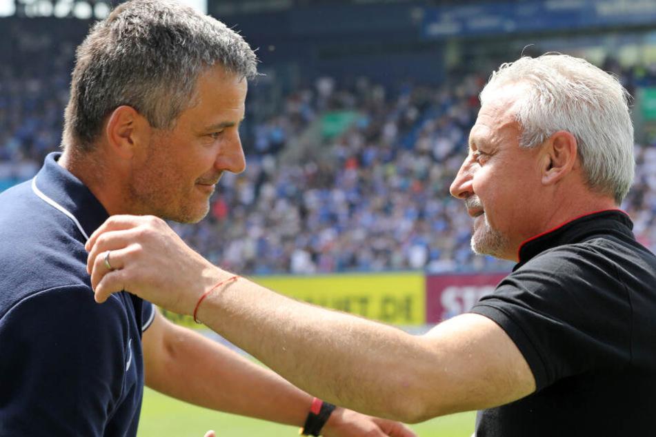 Hansa-Trainer Jens Härtel (l.) und der Kölner Trainer Pavel Dotchev (rechts) begrüßen sich.