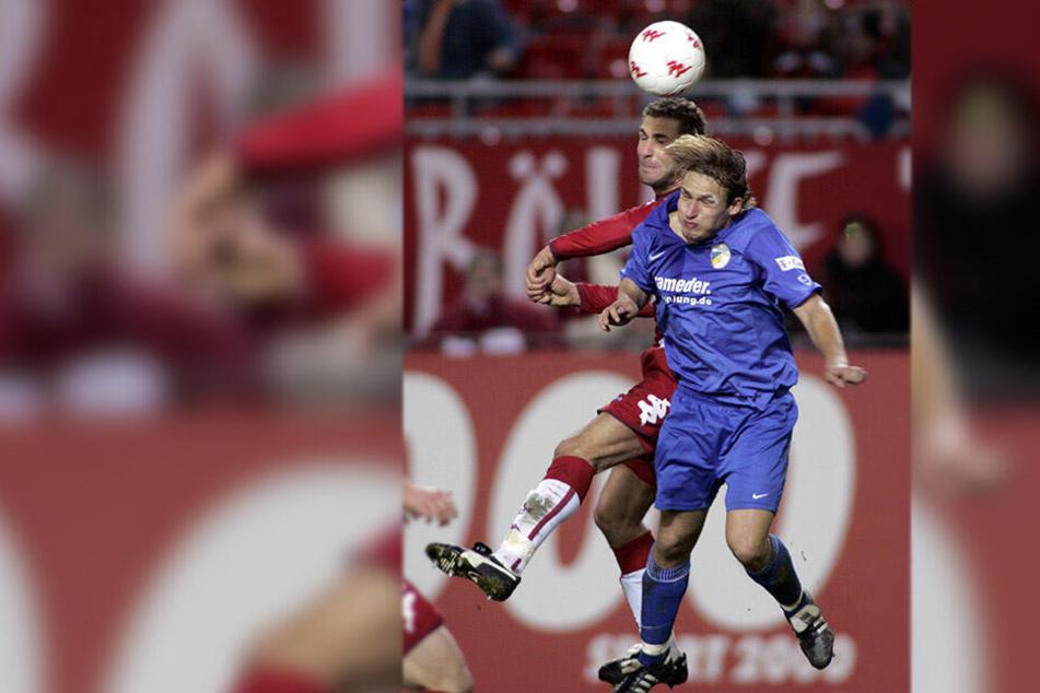 8. Dezember 2006, Betzenberg: Toni Wachsmuth (vorn) im Trikot des FC Carl Zeiss Jena beim Kopfballduell mit dem damaligen Lauterer Azar Karadas.