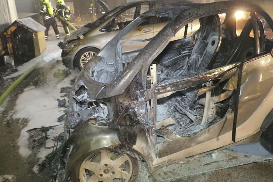 Auch Autos sind den Flammen zum Opfer gefallen.
