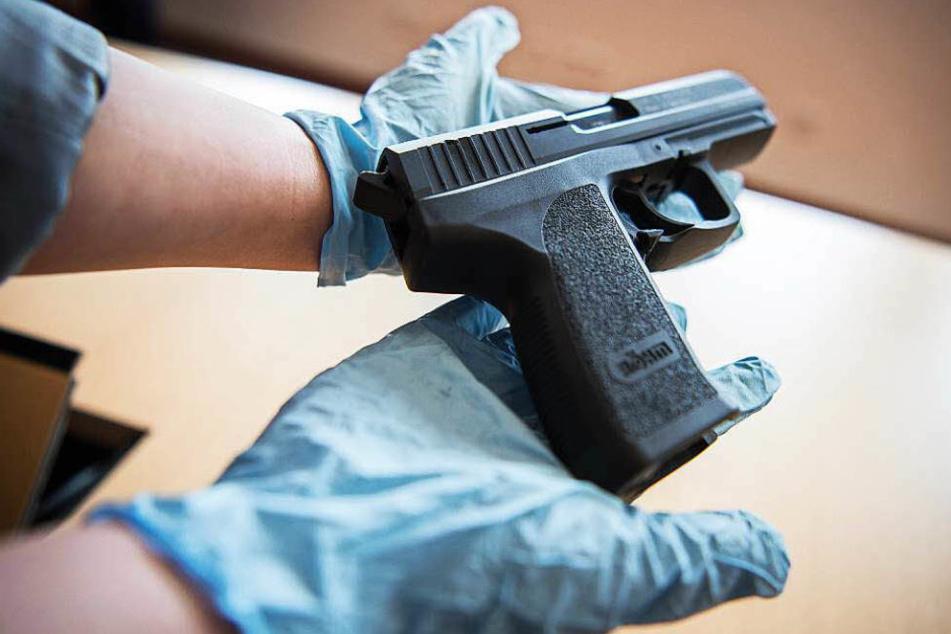 Die Waffe lag nach Polizeiangaben einfach ungesichert in einem Zimmer herum. (Symbolbild)