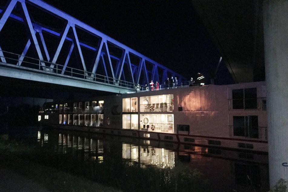 Das Schiff steckt unter der Brücke fest.