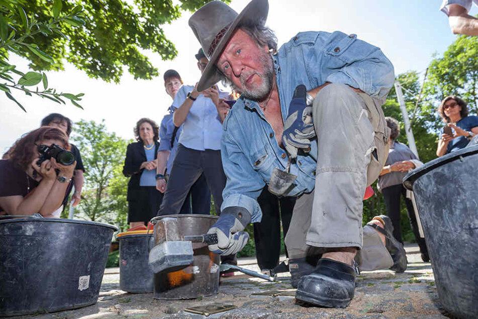 Künstler Gunter Demnig (70) verlegt heute 25 Stolpersteine in Dresden.