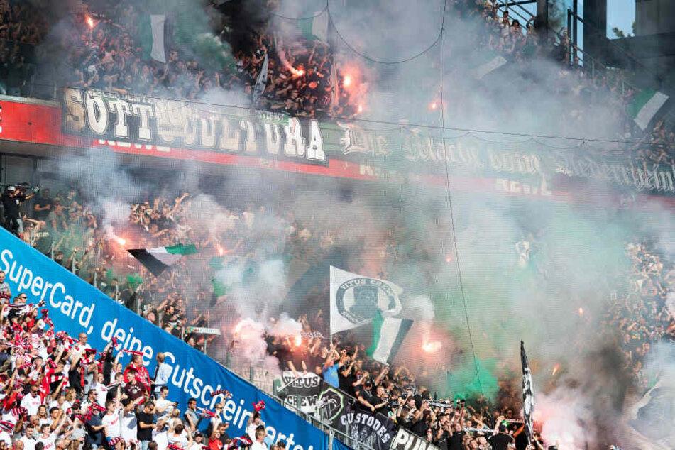 Die Fans von Borussia Mönchengladbach zündeten beim Spiel gegen den 1. FC Köln Pyrotechnik, im Kölner Block zündete ein Mann (35) einen lauten Böller, der zwölf Menschen verletzte.