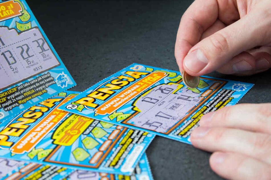 Auf dem Weg zur letzten Chemo-Therapie: Mann kauft Rubbellose und zieht Jackpot!