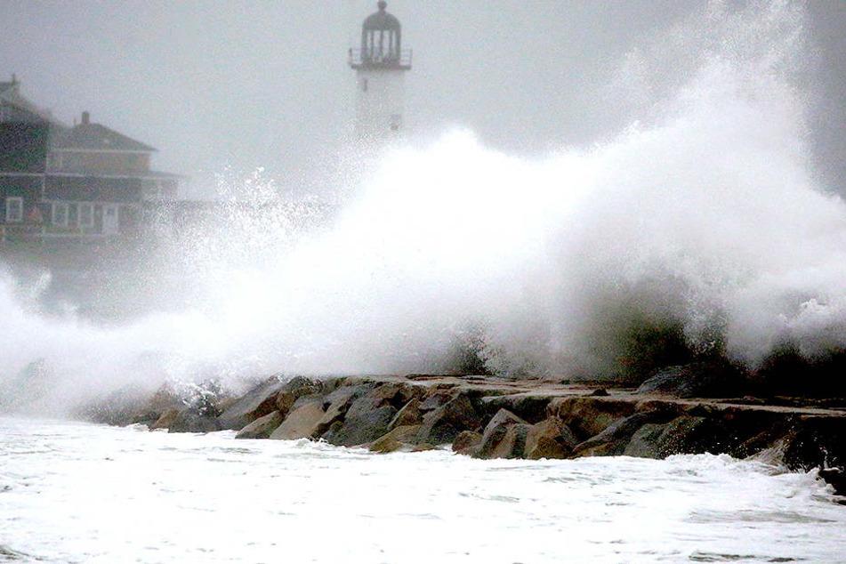 Scituate: Wellen brechen am Uferdamm in der Nähe des Scituate Leuchtturms.