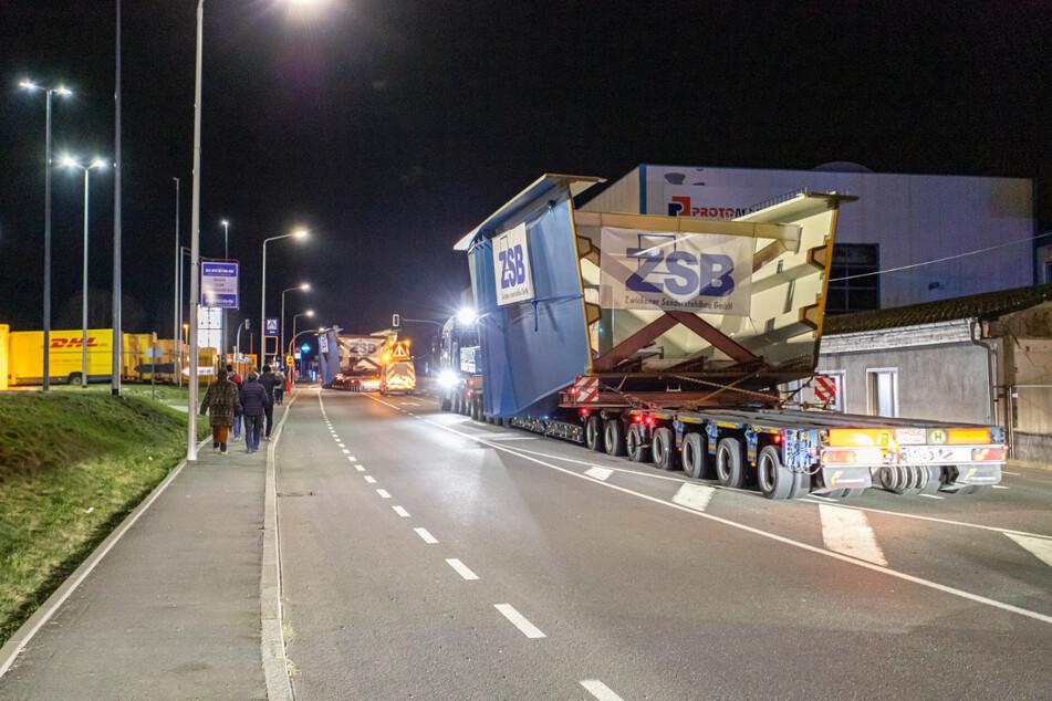 Mit Schwerlast-Transportern starteten die Brückenteile für die A72 von Zwickau nach Böhlen.