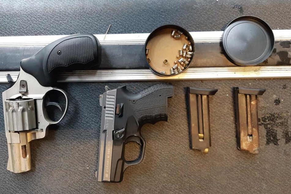 Auf der B178 wurde ein Autofahrer mit diesen verbotenen Schusswaffen erwischt.
