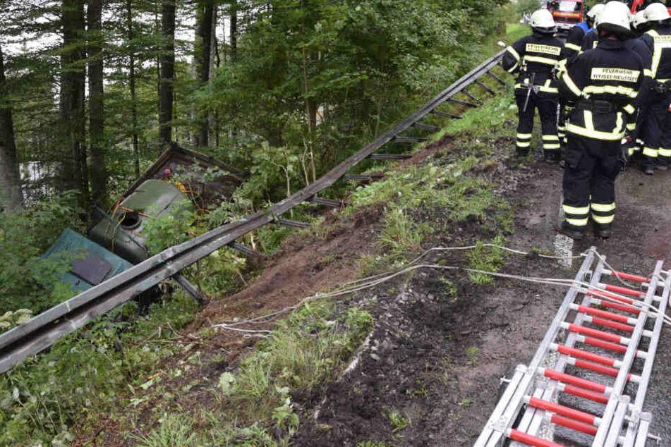Oberhalb des Titisees im Schwarzwald hat ein Laster eine Leitplanke durchbrochen.