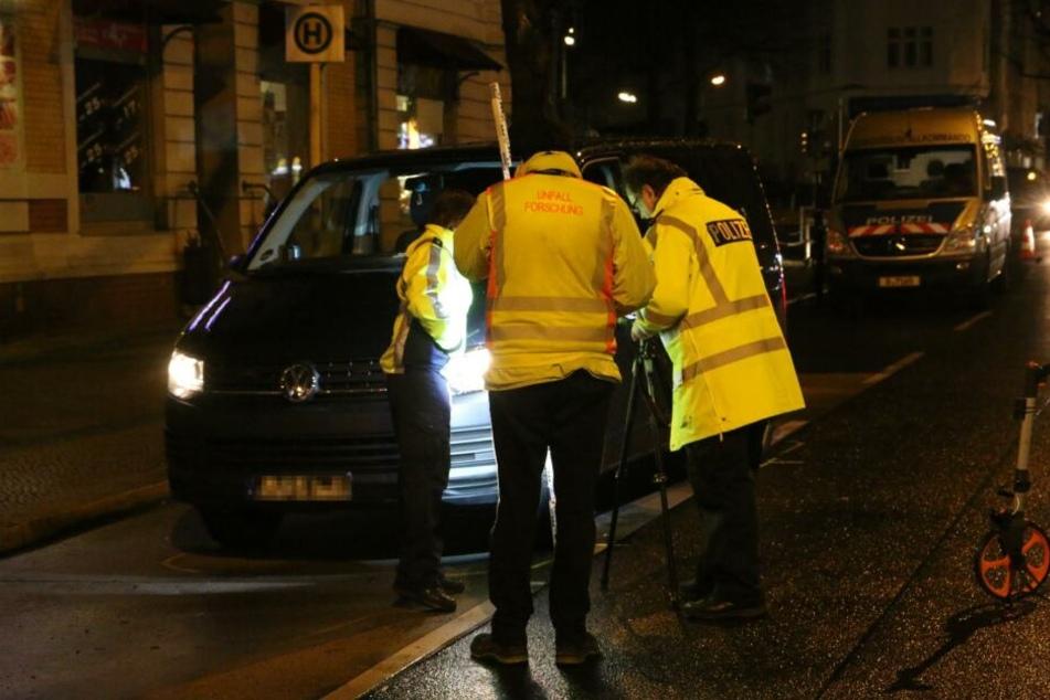 Der Verkehrsermittlungsdienst untersucht die Unfallstelle.